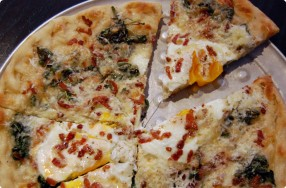 Bacon & Eggs Breakfast Pizza